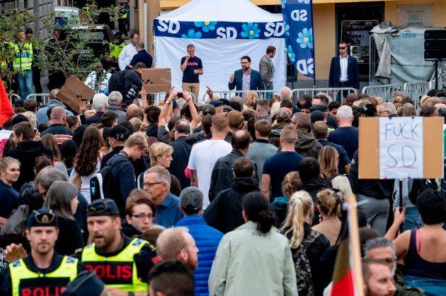 Varios manifestantes protestan en un mítin de la ultraderecha