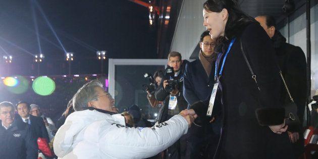 El presidente de Corea del Sur y la hermana de Kin Jong Un se estrechan la