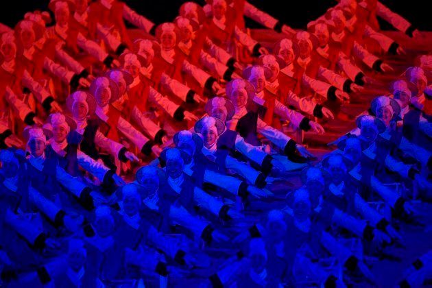 Artistas durante una actuación en la ceremonia inaugural de los Juegos Olímpicos de Invierno de