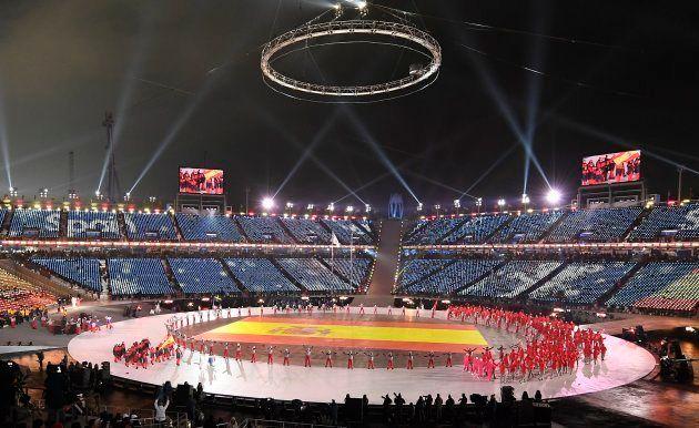 La bandera de España desplegada en Pyeongchang durante el desfile de las