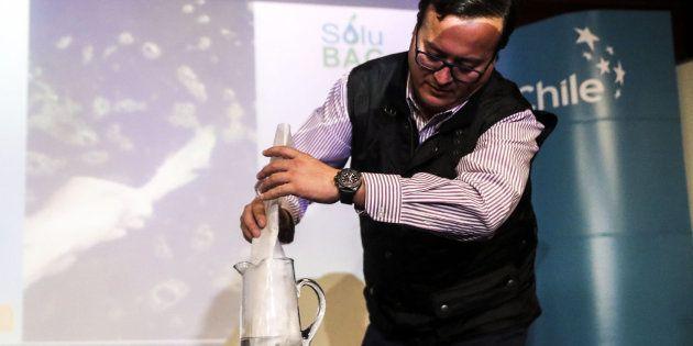 El gerente comercial de Solubag, Cristian Olivares, realiza la demostración de una bolsa