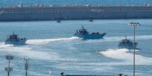 Naves militares de Israel, maniobrando en el puerto de
