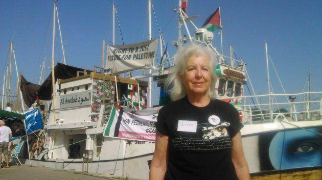 Lucía Mazarrasa Alvear, retratada ante la flotilla con la que pretende llegar a