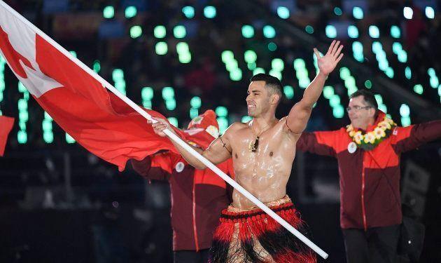 Pita Taufatofua porta la bandera de