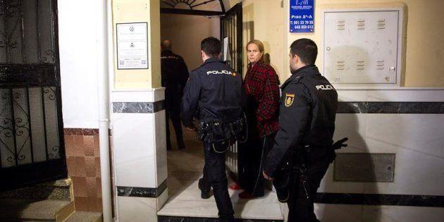 Varios policías acceden al edificio de la localidad malagueña de Fuengirola, donde una mujer de 47 años...