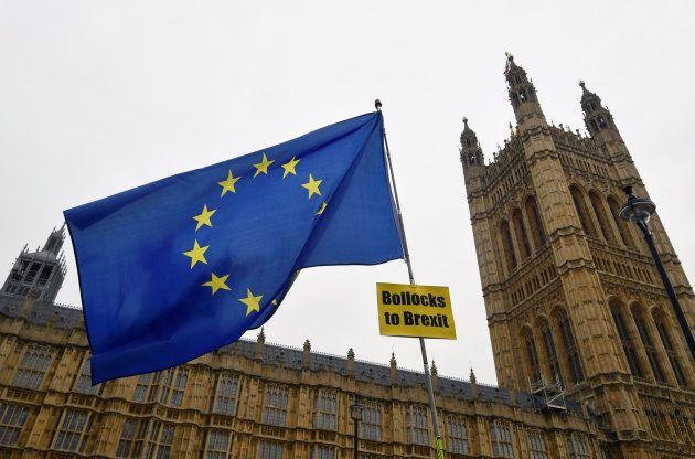 Una bandera contra el Brexit junto al Parlamento