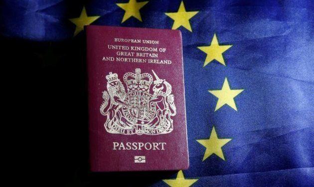 Un pasaporte británico sobre la bandera de la