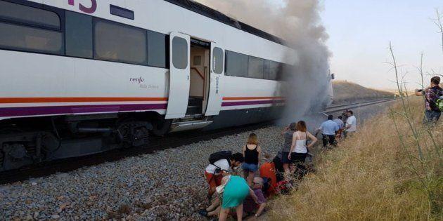 Pasajeros evacuados del tren que ardió en junio de 2018 cerca de Torrijos