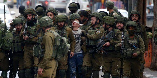Fawzi Muhammad Al-Junaidi, de 16 años, detenido por 23 soldados en Hebrón (Cisjordania), el pasado diciembre,...