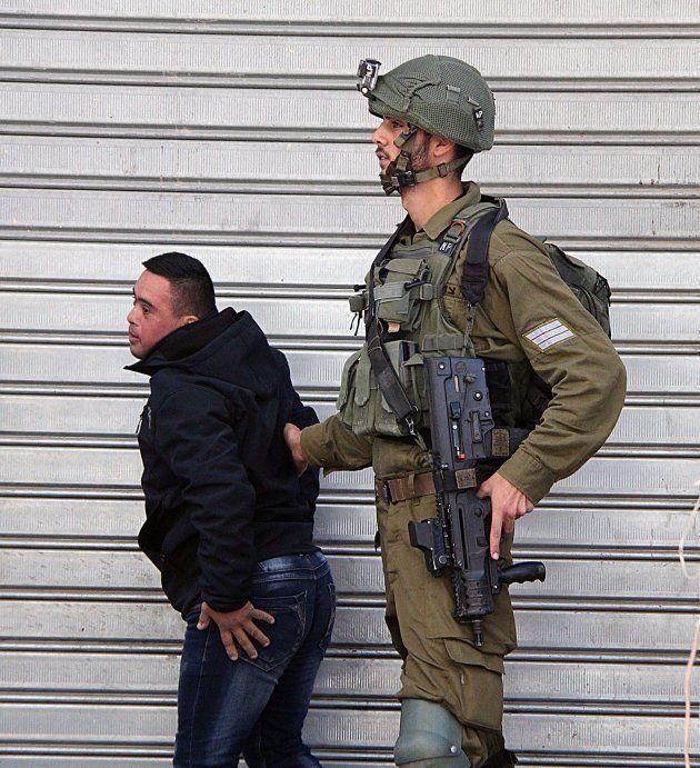Mohamed al-Taweel, un adolescente de 14 con Síndrome de Down, detenido por un soldado israelí en Hebrón...