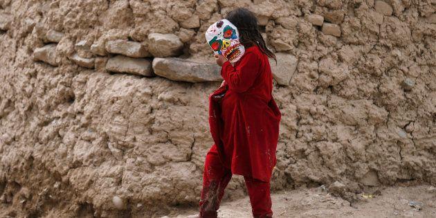 Una niña desplazada en Afganistán con una