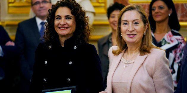 La ministra de Hacienda, María Jesús Montero, y la presidenta del Congreso, Ana Pastor, en la entrega...