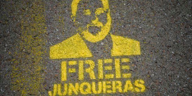 Una plantilla con el rostro de Oriol Junqueras y en la que se pide su libertad, en las carreteras de...