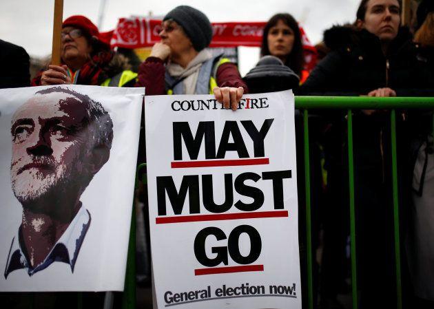 Manifestantes piden elecciones generales en Reino