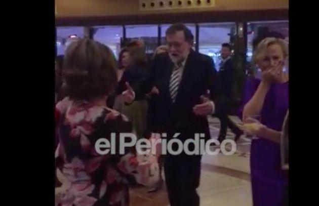 Rajoy lo vuelve a dar todo bailando Raphael en una