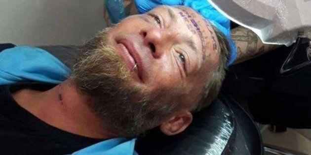 El indigente, llamado Tomek, mientras le realizaban en tatuaje, en una imagen que ha sido profusamente...