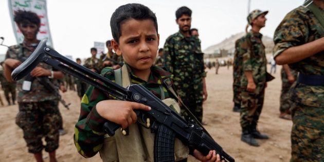 Un niño yemení posa con un