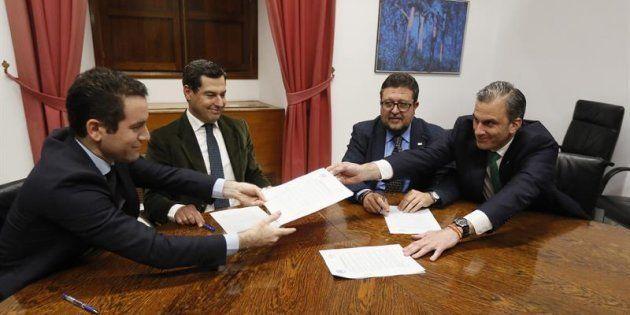Los secretarios generales del PP, Teodoro García Egea (i), y de Vox, Francisco Javier Ortega Smith (d),...