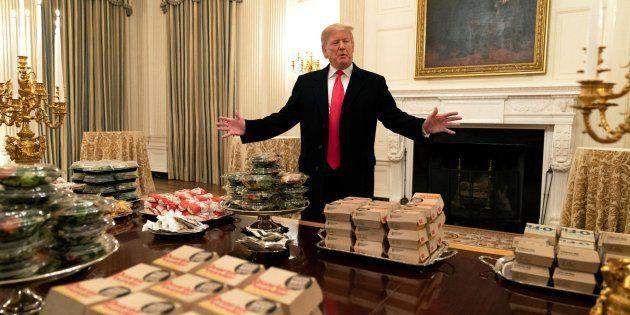Trump junto a la comida