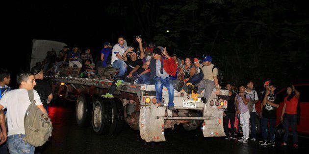 Grupos de ciudadanos hondureños que emigran a los Estados Unidos salen en