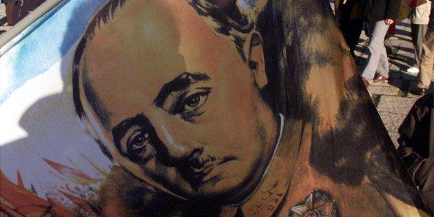 Una bandera con el rostro de Franco, portada por un simpatizante del dictador en un acto de homenaje...