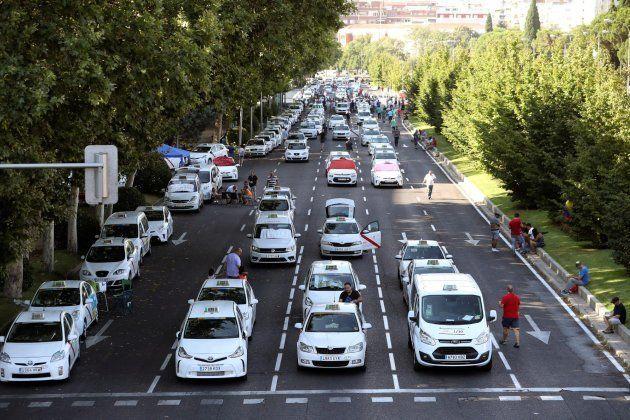 Tres taxistas detenidos y 60 denuncias por agresiones a vehículos de