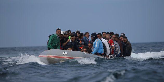 Una lancha con inmigrantes, minutos antes de desembarcar en la Playa del Cañuelo, en Tarifa (Cádiz),...