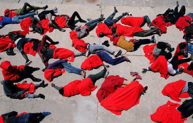 Un grupo de migrantes descansa en el Puerto de Tarifa, tras ser rescatados el pasado 24 de