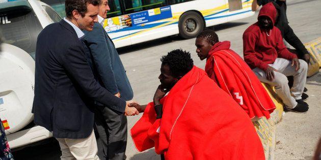 Casado reparte saludos a varios migrantes después de proclamar que no hay papeles para
