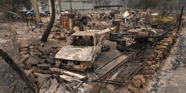 Coches dañados y casas devorados por el fuego en el barrio Keswick de Redding