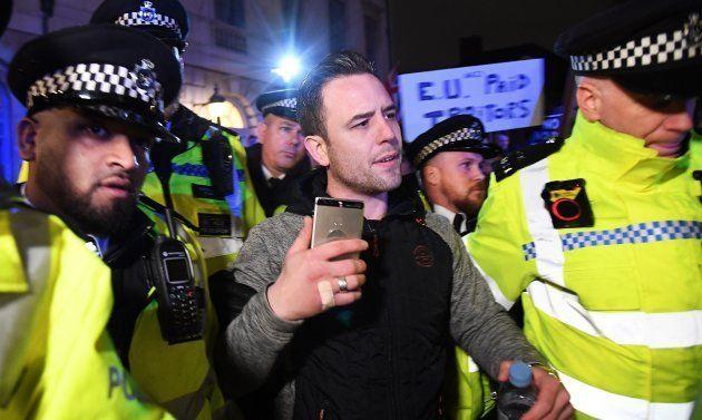 El arrestado, escoltado por la