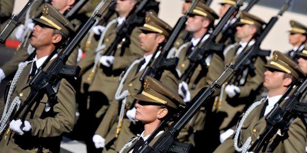 Un grupo de soldados españoles, entre ellos una mujer, durante el desfile del 12 de octubre de 2010,...