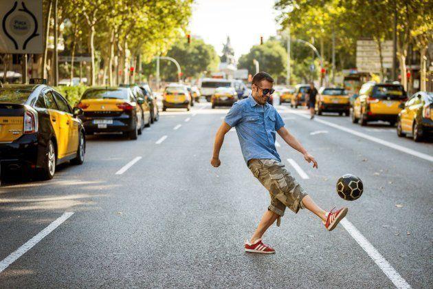 Un taxista juega con un balón de fútbol en medio de la concentración de taxistas en el centro de