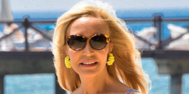 Mofas con Carmen Lomana por creer que el 'Cara al sol' se escucha en medio