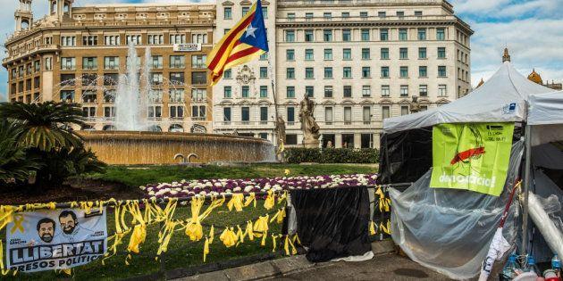 Lazos amarillos y carteles reivindicativos en la Plaza de Cataluña,
