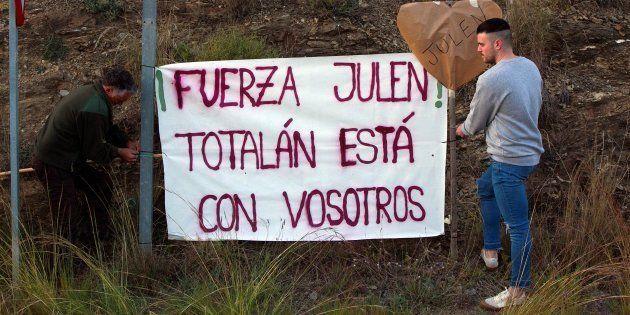Vecinos de Totalán (Málaga), colocando carteles de apoyo a Julen y su