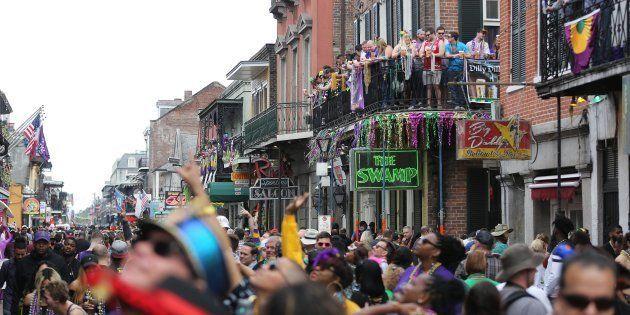 La gente se agolpa en Bourbon Street en el Fat Tuesday durante las celebraciones del Mardi Gras en Nueva...