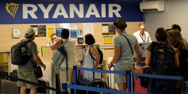Pasajeros de la aerolínea Ryanair hacen cola en el aeropuerto de Valencia durante la huelga de