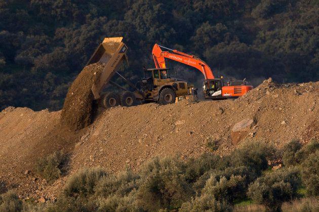 Trabajos de rescate y excavación en las inmediaciones del pozo en el que permanece atrapado desde el...