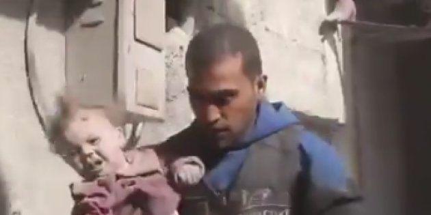 Rescatan a un bebé enterrado bajo los escombros en