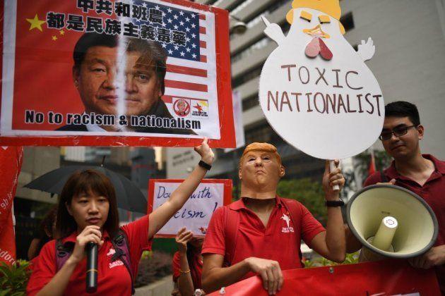 Activistas protestan contra Donald Trump y contra la visita de Steve Bannon a Hong Kong el 12 de septiembre...