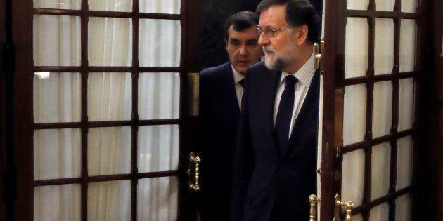 Mariano Rajoy con su jefe de gabinete, José Luis Ayllón, a la llegada a la sesión de control al Gobierno....