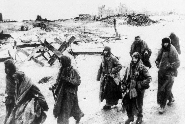 Soldados alemanes se rinden en Stalingrado.
