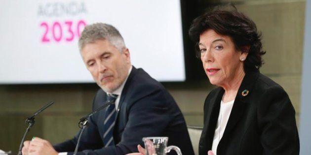 La portavoz del Gobierno, Isabel Celaá y el ministro del Interior, Fernando Grande- Marlaska, durante...