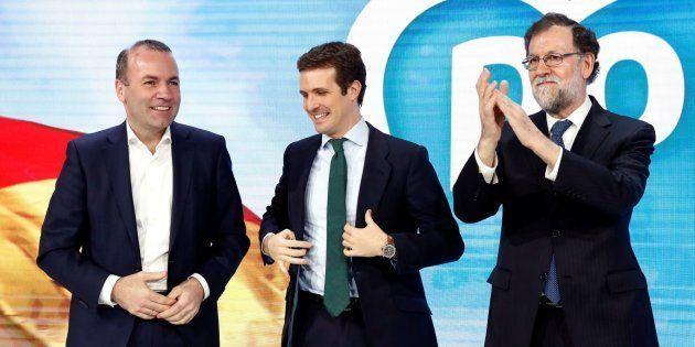 El expresidente del gobierno Mariano Rajoy, el presidente del PP Pablo Casado, y el líder del Partido...