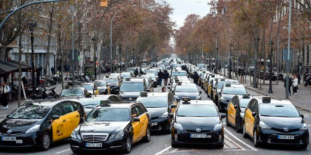 Centenares de taxistas bloquean la Gran Vía de