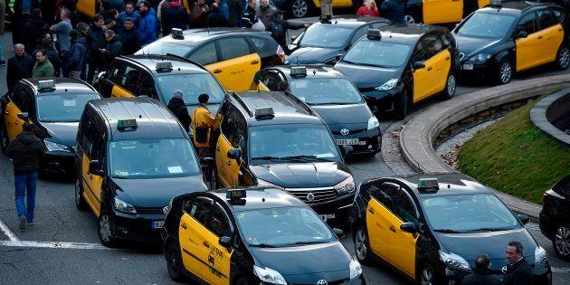 Un grupo de taxistas bloquea una rotonda de la Gran Via de