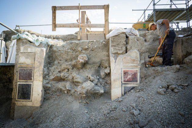 Un arqueólogo excava en el área del Regio V en el yacimiento de