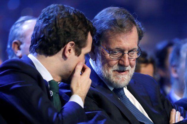 El presidente del PP Pablo Casado conversa con el expresidente del Gobierno Mariano