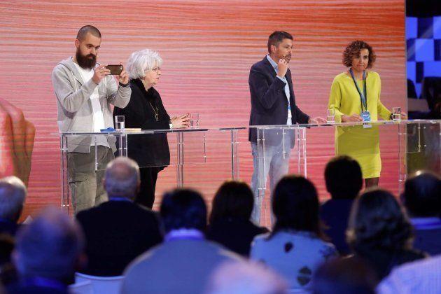 La portavoz del Grupo Popular en el Congreso de los Diputados, Dolors Montserrat (d), modera el debate...